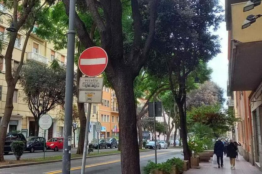 Cagliari, travolge con la moto un pedone e fugge