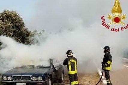 Auto in fiamme sulla 125: intervengono i vigili del fuoco