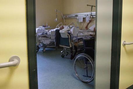 Orrore nella Rsa: anziani malmenati, legati ai letti e imbottiti di psicofarmaci senza prescrizione
