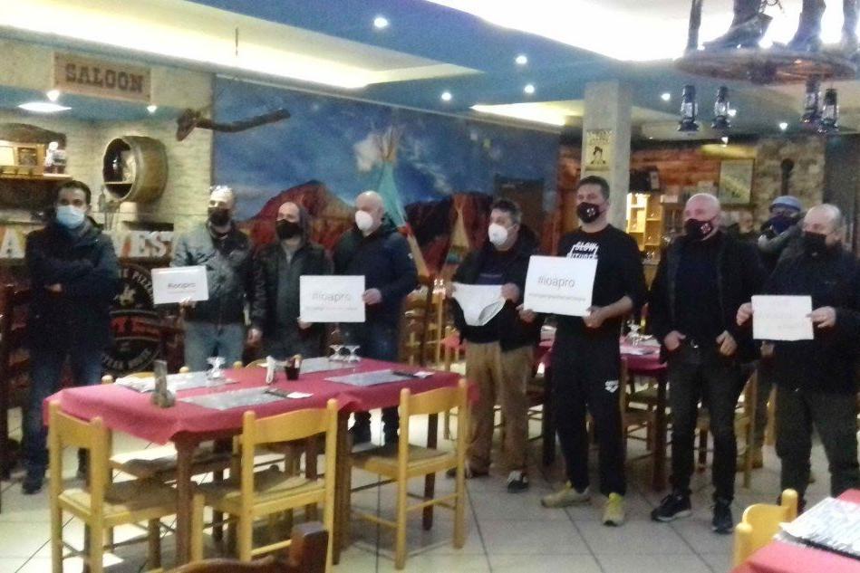 """""""La zona arancione ci mette in ginocchio"""": Carbonia, la protesta dei ristoratori"""