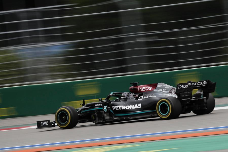 Finale pazzo a Sochi: il Gp di Russia va a Hamilton, poi Verstappen e Sainz
