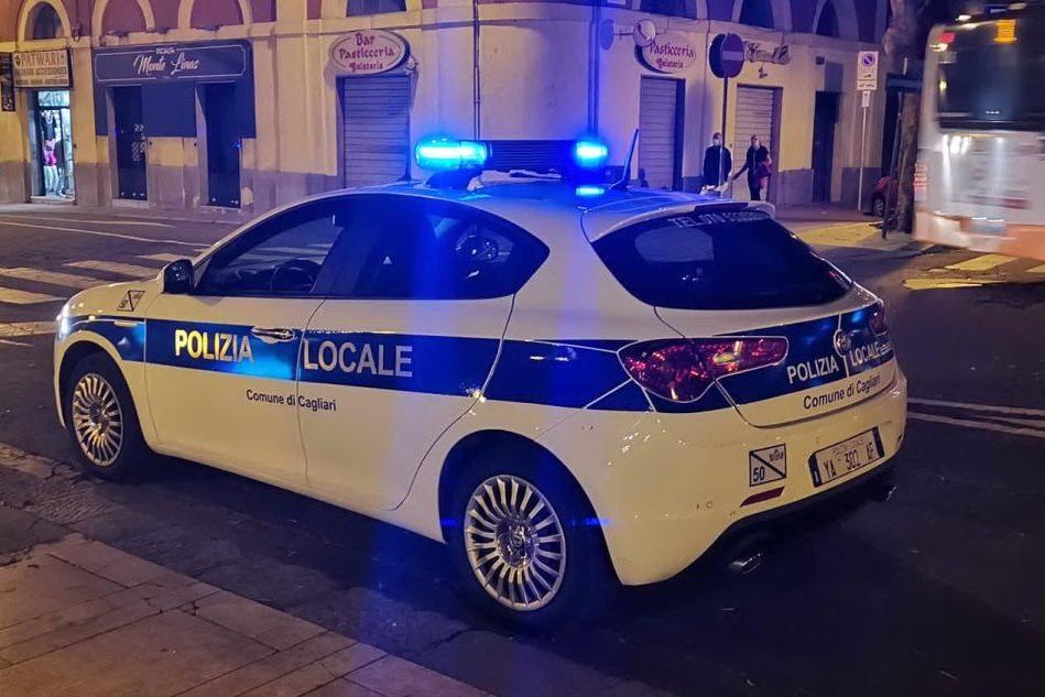 Ubriaco al volante, cerca di scappare dalla polizia ma finisce contro un palo al Poetto