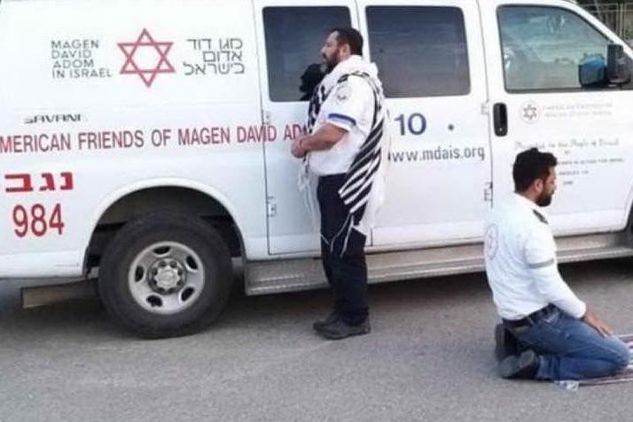 """Paramedici, uno ebreo l'altro musulmano, fermano l'ambulanza e pregano insieme """"lo stesso dio"""""""