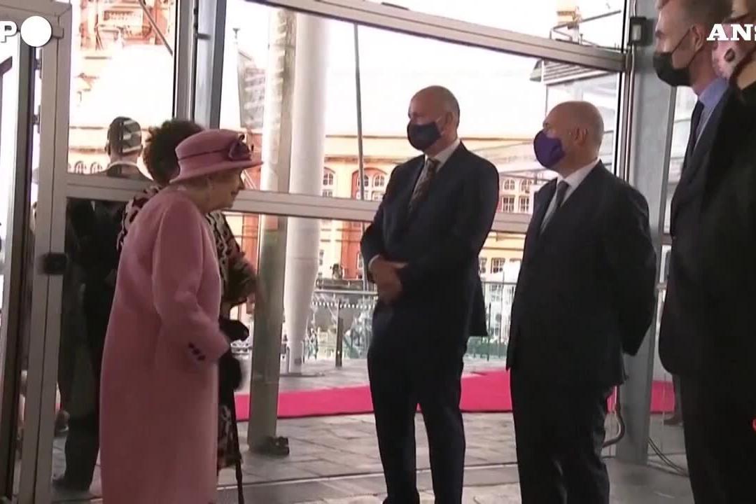 Ansia per la regina Elisabetta: i medici le impongono il riposo