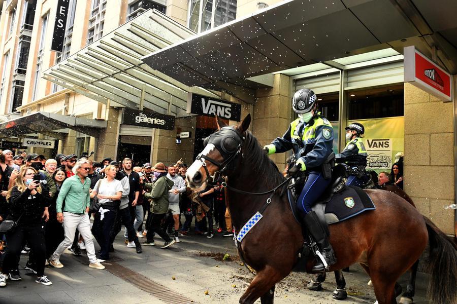 Gli scontri a Sydney (Ansa-Epa)