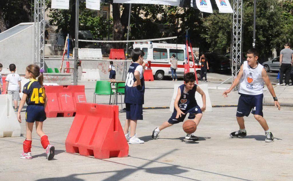 Giovani impegnati in una partita di basket (foto archivio L'Unione Sarda)