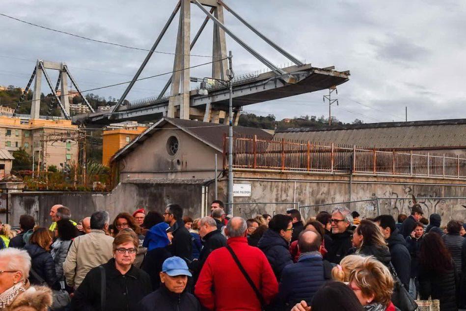 Persone nell'area del ponte crollato (Ansa)