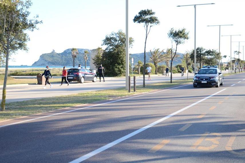 Sale sul filobus senza mascherina e minaccia di lanciare una pietra contro il parabrezza, denunciato a Cagliari