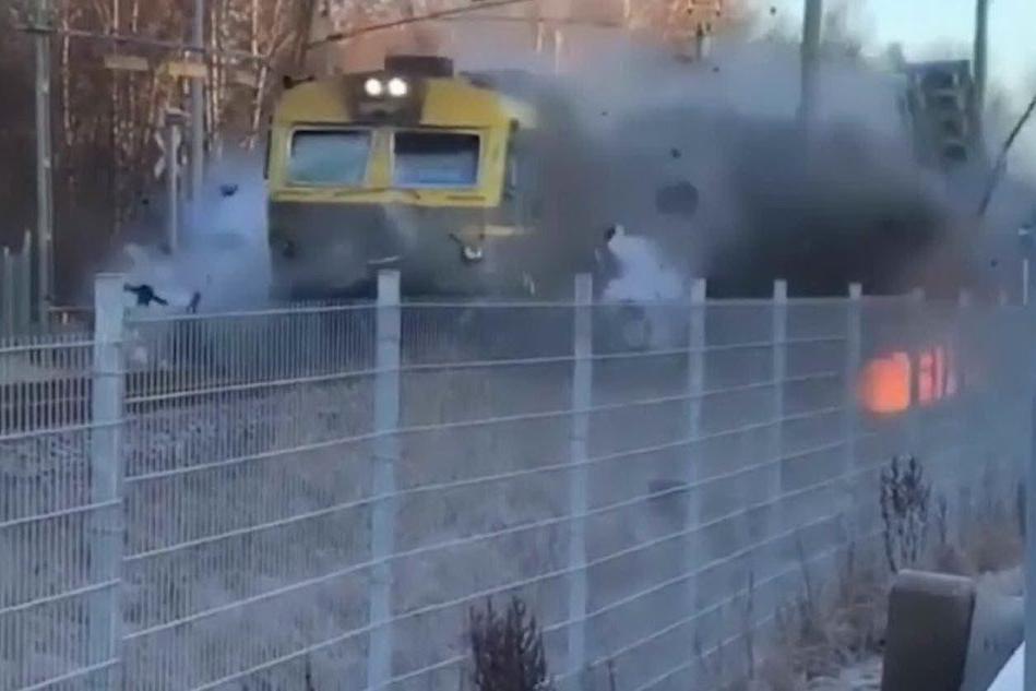 Treno investe il bus fermo sui binari