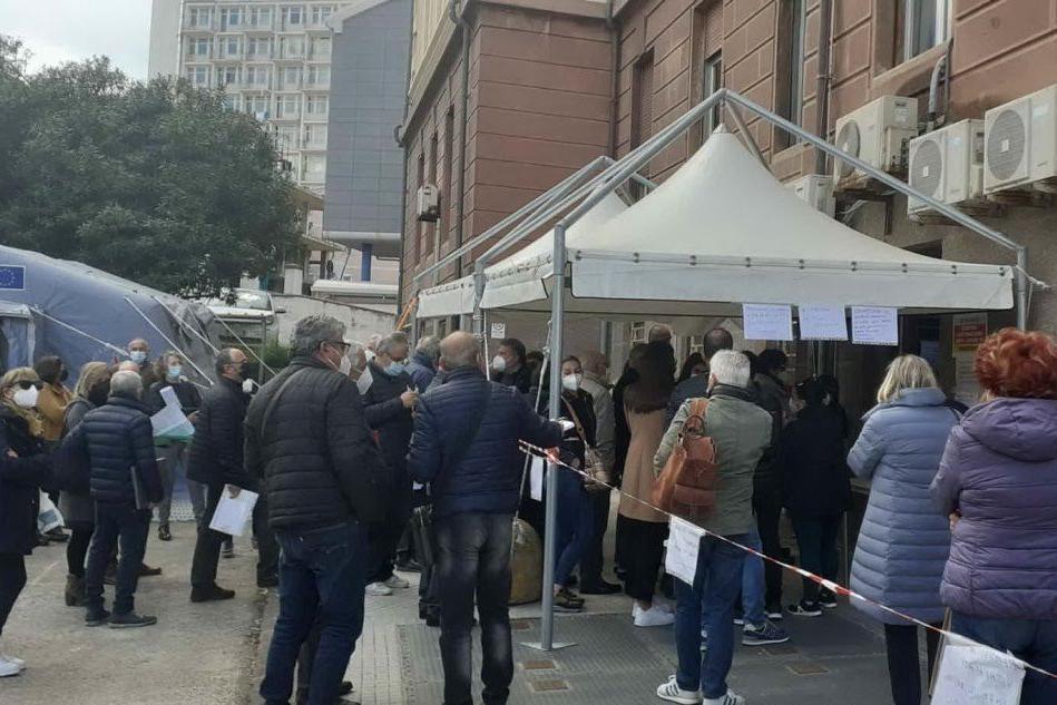 Sassari, disorganizzazione e lunghe file al centro vaccinale di San Pietro