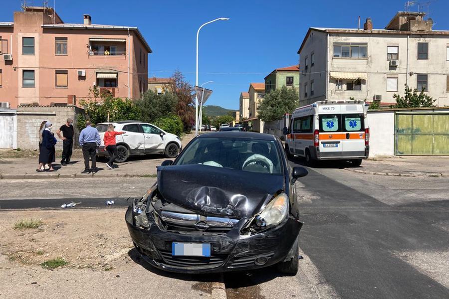Scontro fra auto a Carbonia, una donna in ospedale