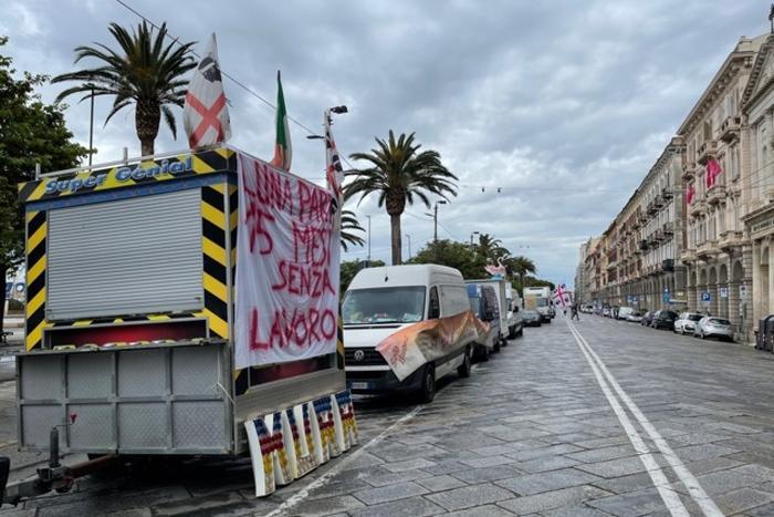 """Ambulanti ancora in strada, via Roma bloccata dai furgoni: """"Sostegni e ripartenza di sagre e fiere"""""""