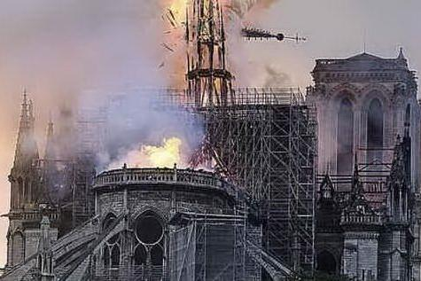 """Notre-Dame: la guglia crollata sarà ricostruita """"identica"""" a come era"""