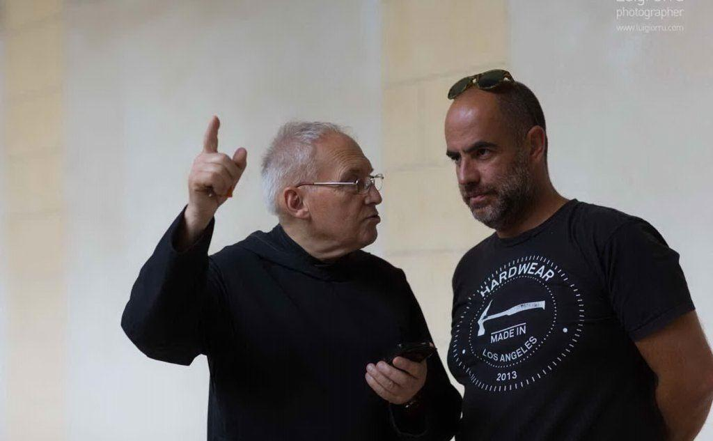 Il regista ddel documentario, Mereu, e un monaco benedettino