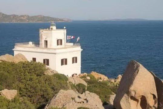 Il faro di Punta Sardegna di fronte all'arcipelago di La Maddalena (foto @UniCa)