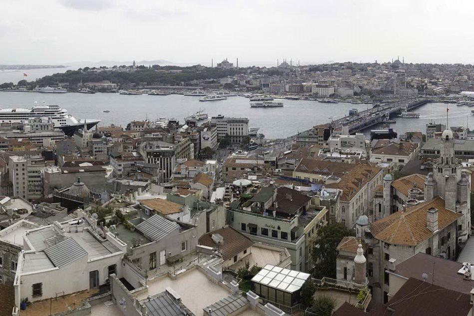Terremoto a Istanbul, due forti scosse: crolla un minareto
