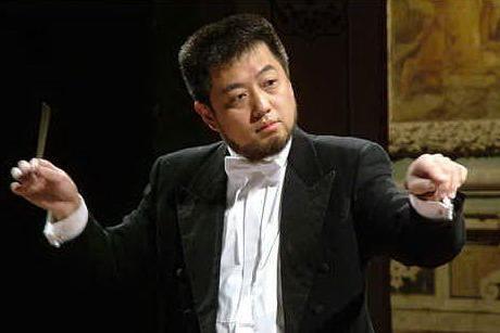 Il direttore d'orchestra Lü Jia
