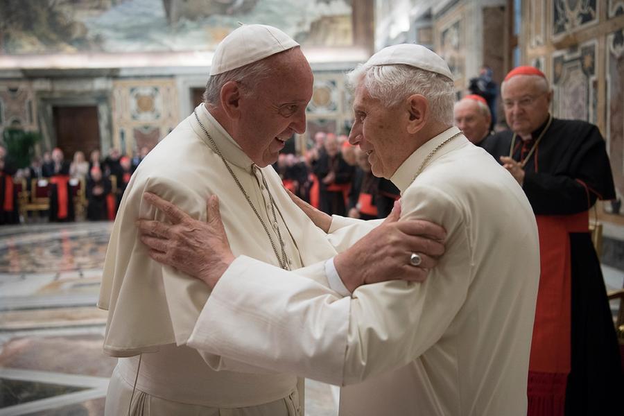 Stretta di Francesco sulla Messa in latino