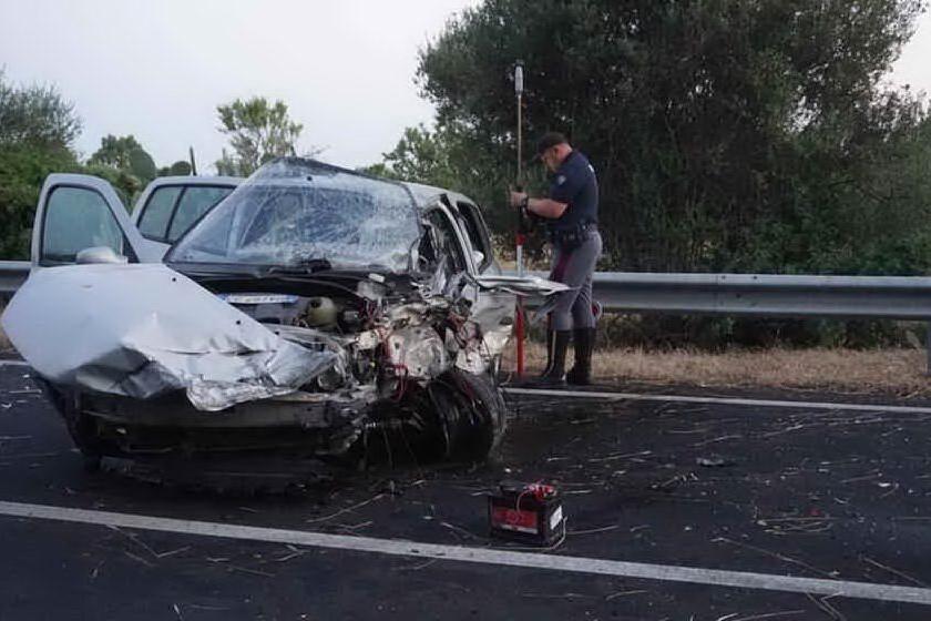 La sua auto distrutta (Archivio L'Unione Sarda)