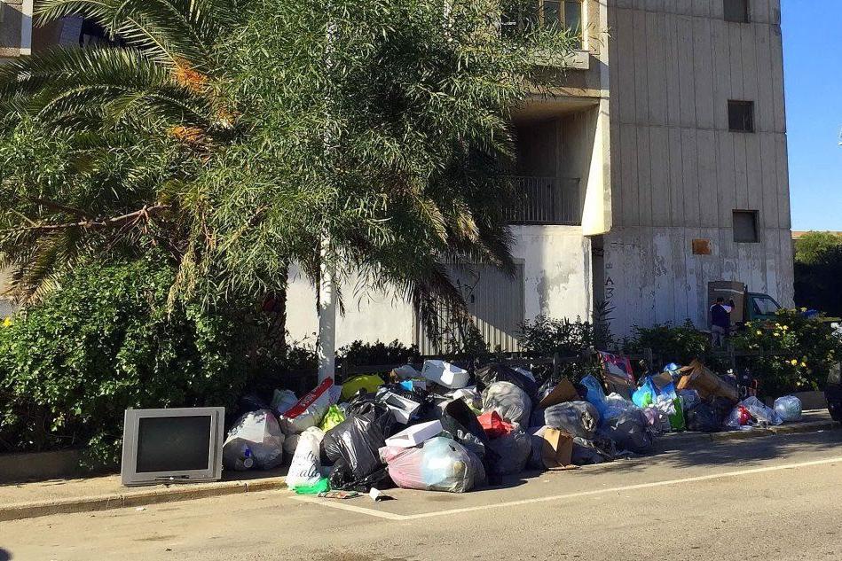 Cagliari, il rione di Sant'Elia invaso dai rifiuti