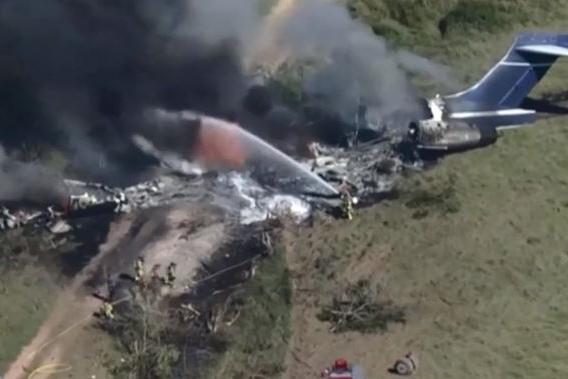 Aereo si schianta durante il decollo e va a fuoco: miracolosamente illesi tutti i passeggeri