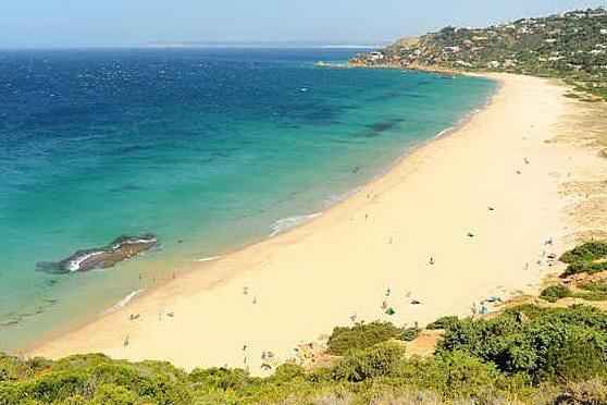 Spiaggia disinfettata con la candeggina: amministratori a rischio sanzione