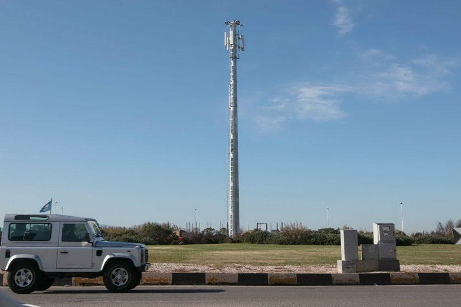 Quartu, nella rotatoria di Margine Rosso spunta una maxi antenna