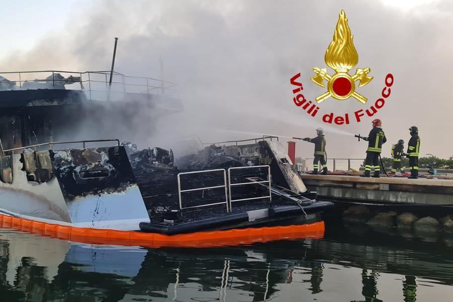 Porto di Olbia: distrutto dalle fiamme yacht di 35 metri, in salvo 4 diportisti