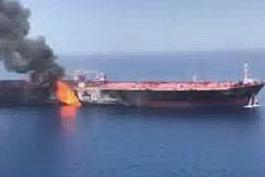 """Petroliere a fuoco in Oman: """"Siamo stati attaccati"""" VIDEO"""