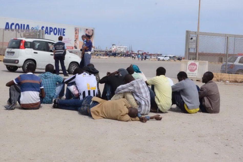 Migranti in fuga verso la Penisola fermati nel porto di Porto Torres