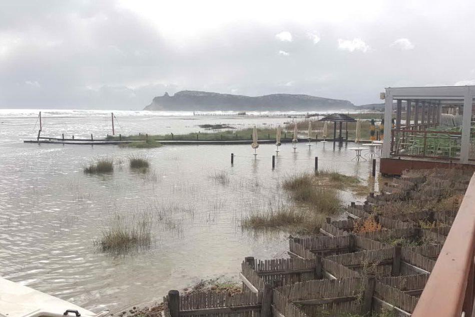 Poetto, la spiaggia spazzata via dalla mareggiata