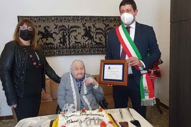 Un momento della festa per zia Michela Mulas (foto concessa dall'amministrazione comunale)
