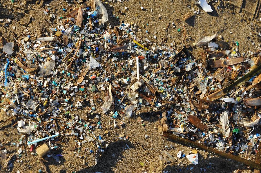 Microplastica in spiaggia a Is Benas (foto archivio L'Unione Sarda)