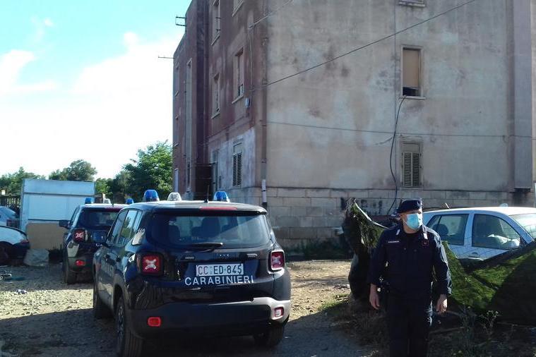 Incendio fra le masserizie abbandonate della palazzina ex FS di Caput Acquas
