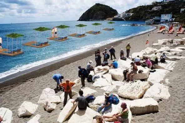Isole galleggianti per aumentare i posti in spiaggia: con lettini e un tetto di foglie per fare ombra