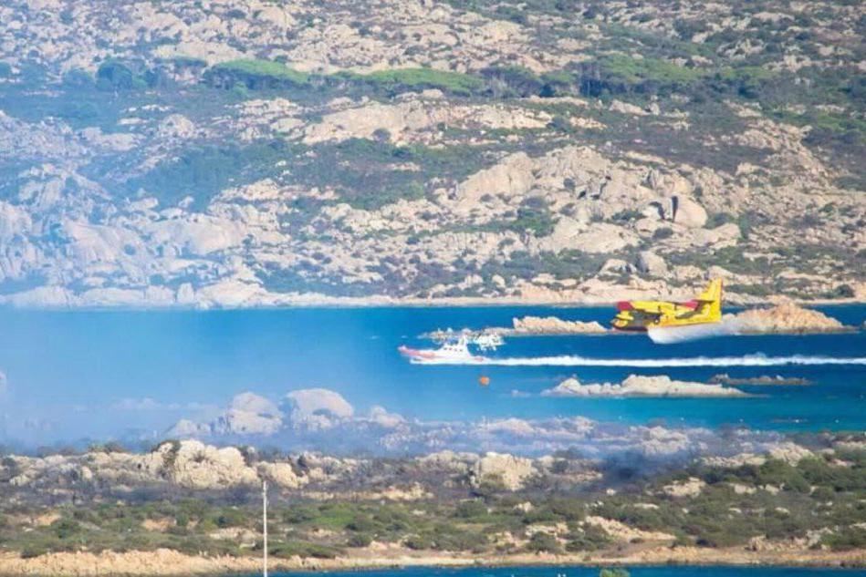 Fiamme, fumo e paura a La Maddalena:150 bagnanti in fuga dalla spiaggia