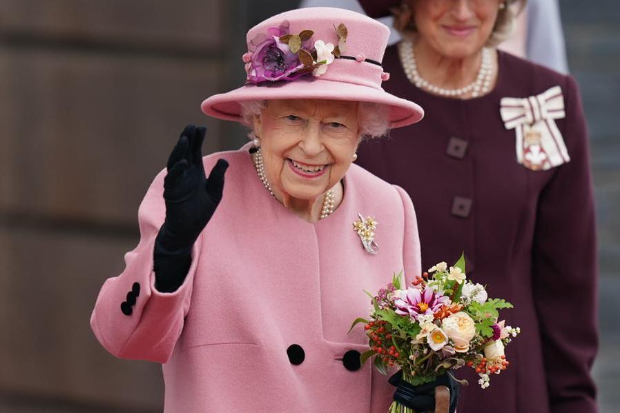 La regina Elisabetta torna agli impegni pubblici, ma per ora solo virtuali