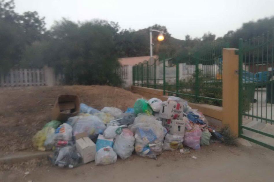 I rifiuti abbandonati all'ingresso della discarica (foto concessa)