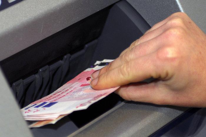 Operazione a uno sportello bancomat (Ansa)