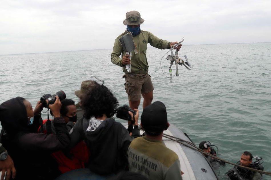 Indonesia, recuperati i primi resti dell'aereo precipitato