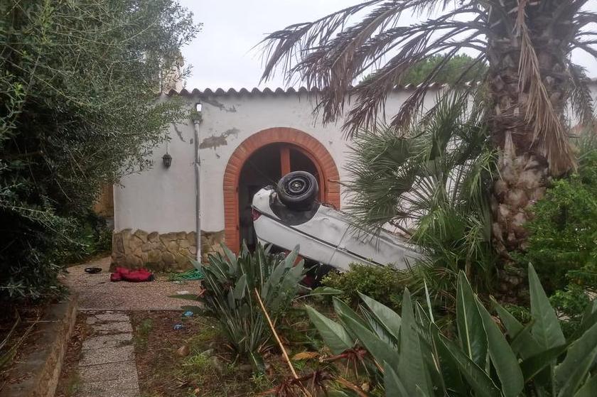 Quartu, grave incidente sulla panoramica: 20enne finisce con l'auto dentro il cortile di un'abitazione