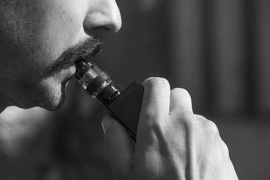 """Sigarette elettroniche, scoperta una """"forte causa delle malattie"""""""