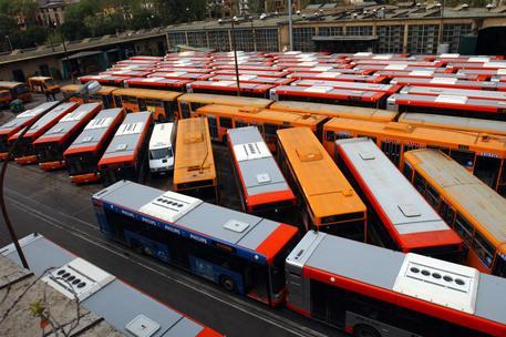 In fiamme un deposito Atac, distrutti 30 autobus