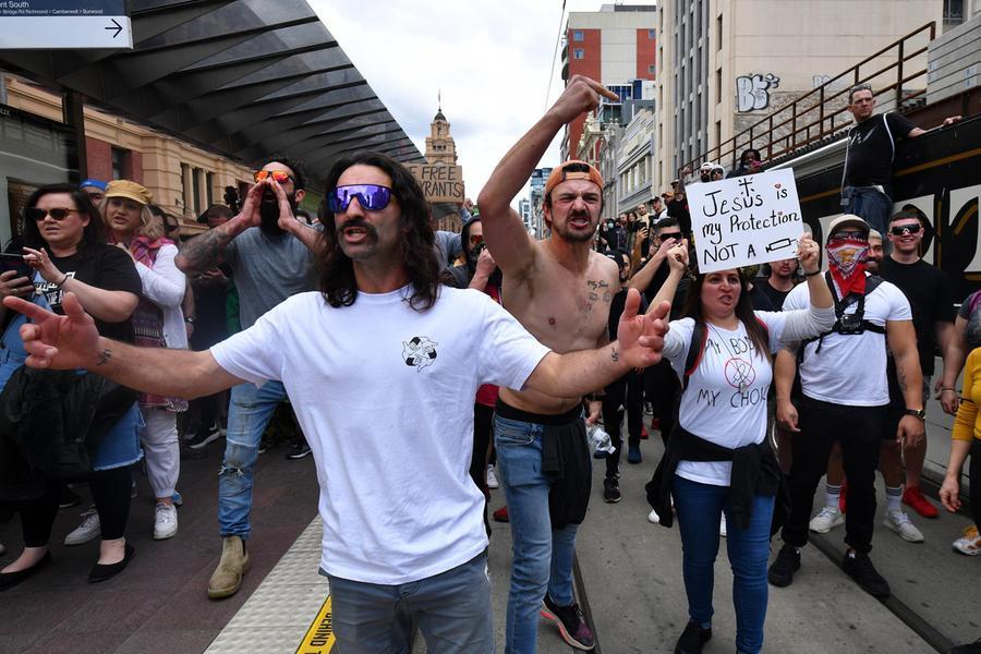 Proteste anti-lockdown a Sydney e Melbourne, centinaia di arresti