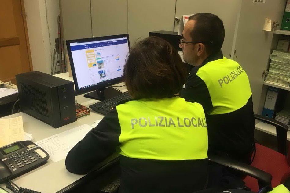 Gli agenti al lavoro (foto Pinna)