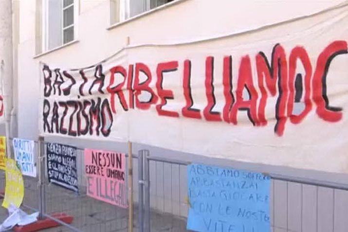 """Cagliari, sit-in in Prefettura: """"Carola Rackete non è una criminale"""""""