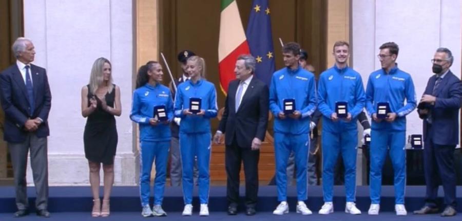 Gli atleti a Palazzo Chigi (Dalia Kaddari è la prima ragazza in divisa a sinistra, foto Twitter)