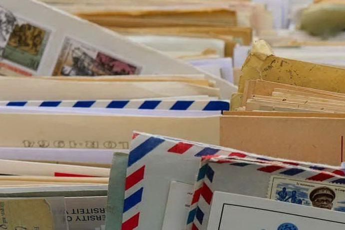 Il postino nasconde un migliaio di lettere in un sottoscala: denunciato