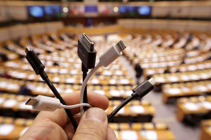 La Ue lancia il caricabatterie universale,980 tonnellate l'anno in meno di rifiuti elettronici