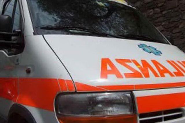 """Negazionista prende a calci l'ambulanza: """"Fate terrorismo"""""""